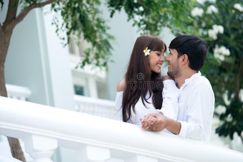 Молодые пары обнимая на лестницах стоковое фото