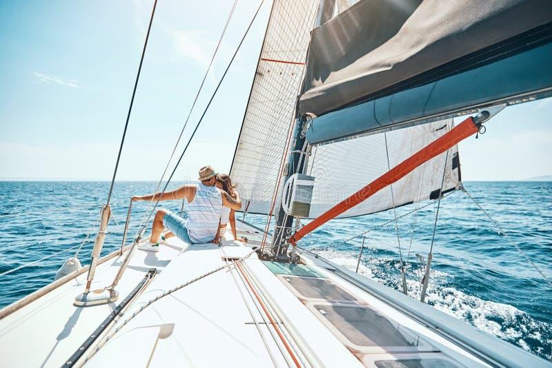 Молодые пары ослабляя на палубе парусника стоковая фотография rf