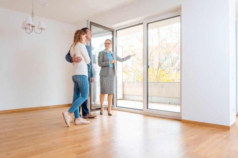 Молодые пары получая путешествие до квартира они рассматривают арендовать стоковые изображения rf