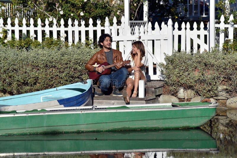 Молодые пары поя каноэ стоковые изображения
