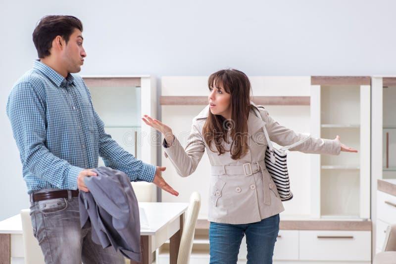 Молодые пары разочарованные с ценой в мебельном магазине стоковые изображения