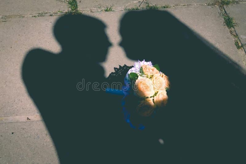 Молодые пары свадьбы наслаждаясь романтичными моментами снаружи на луге лета стоковая фотография rf