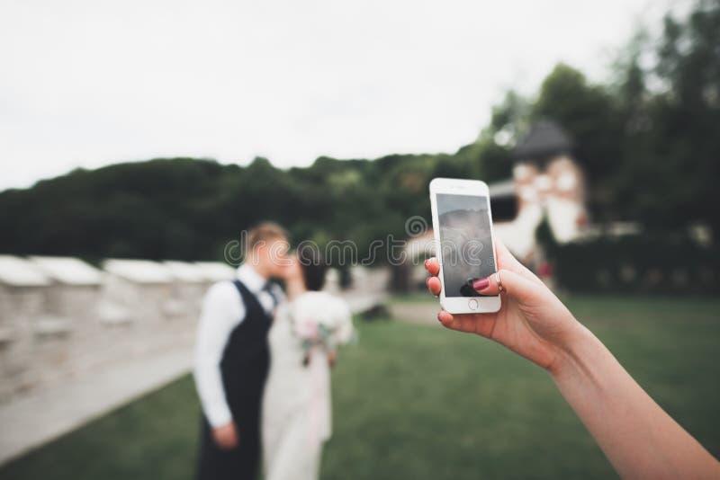 Молодые пары свадьбы принимая selfie себя стоковое фото