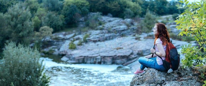 Молодые пары смотря естественный каньон с взглядом реки горы стоковые изображения