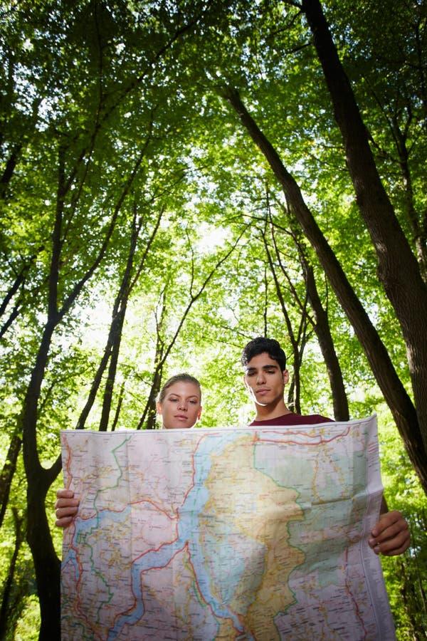 Молодые пары смотря карту во время трека стоковое изображение rf