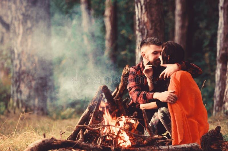 Молодые пары со спокойными сторонами покрытыми с шотландкой стоковое фото rf