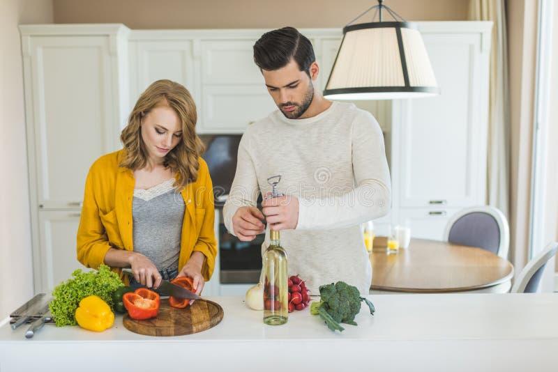 Молодые пары с вином стоковое изображение