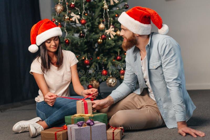Молодые пары с подарками на рождество стоковые фото