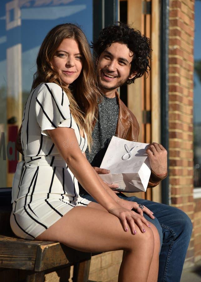 Молодые пары с подарком стоковое изображение rf