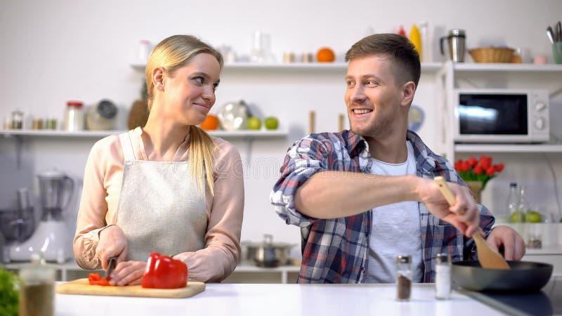 Молодые пары vegan варя овощи, здоровое питание, счастливое время совместно стоковое изображение rf