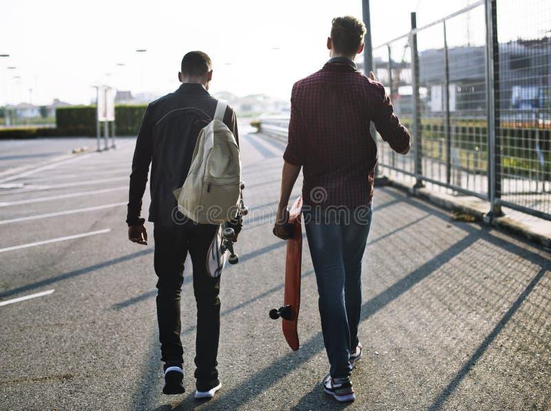 Молодые подростки с скейтбордами стоковые изображения