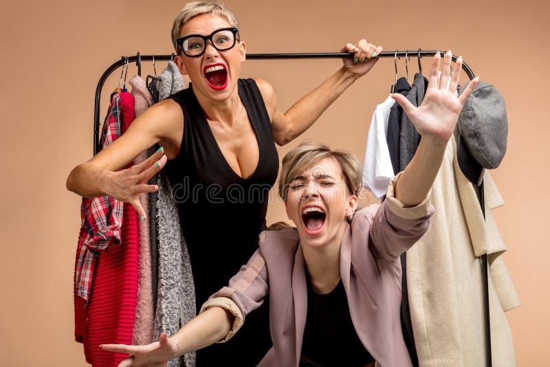 Молодые положительные женщины имеют потеху в магазине стоковые изображения rf
