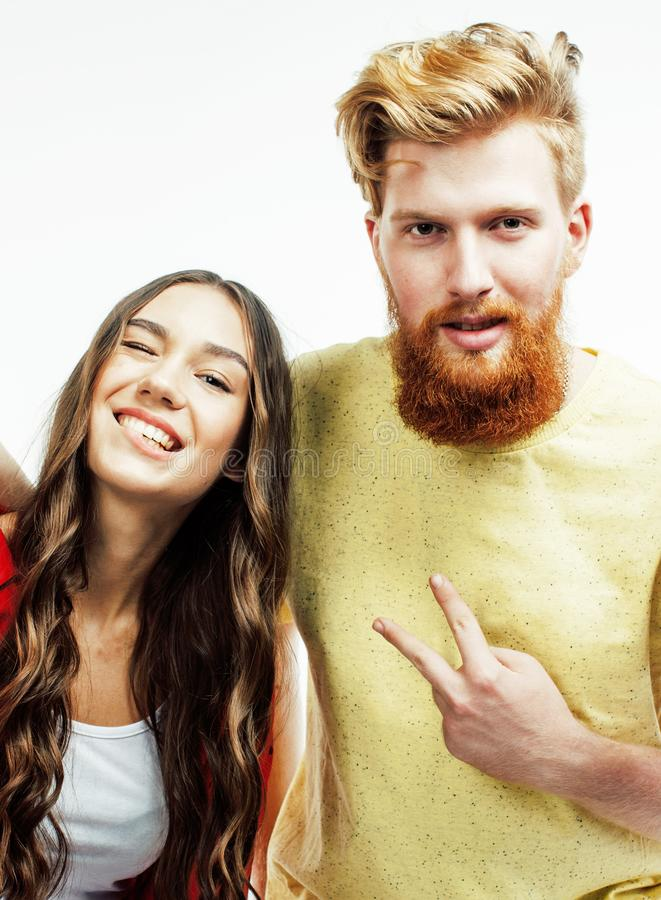 Молодые привлекательные пары совместно имея усмехаться потехи счастливый изолированный на белой предпосылке, эмоциональный предст стоковое фото