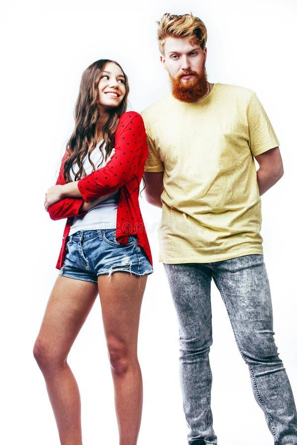 Молодые привлекательные пары совместно имея усмехаться потехи счастливый изолированный на белой предпосылке, эмоциональный предст стоковые фото