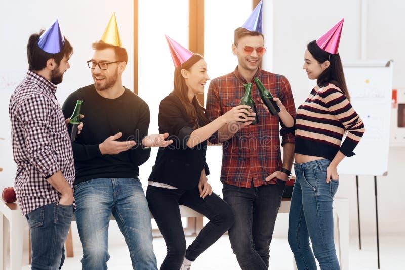 Молодые работники компании празднуют корпоративный праздник стоковая фотография rf