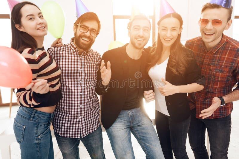 Молодые работники компании празднуют корпоративный праздник стоковое изображение rf
