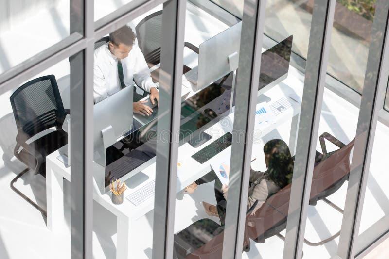 Молодые работники партнера офиса предназначены к работать крепко в mo стоковые фото