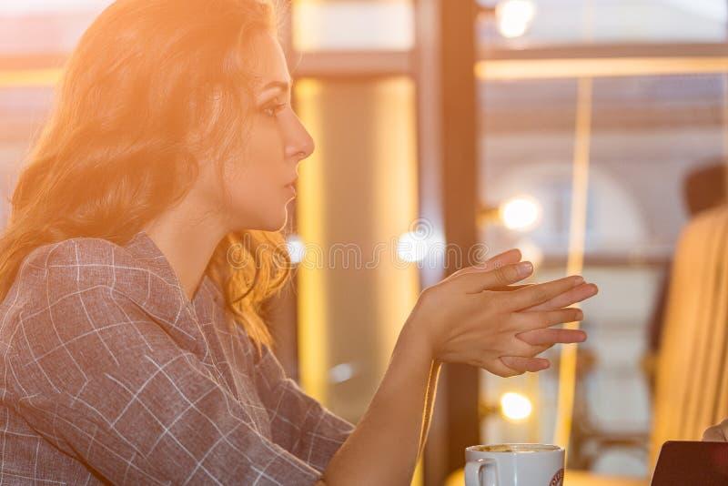 Молодые разговаривать бизнес-леди с кто-то о проектах работы в офисе стоковое изображение