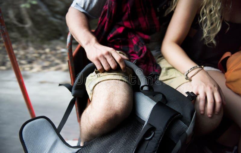 Молодые симпатичные пары путешествуют совместно стоковая фотография