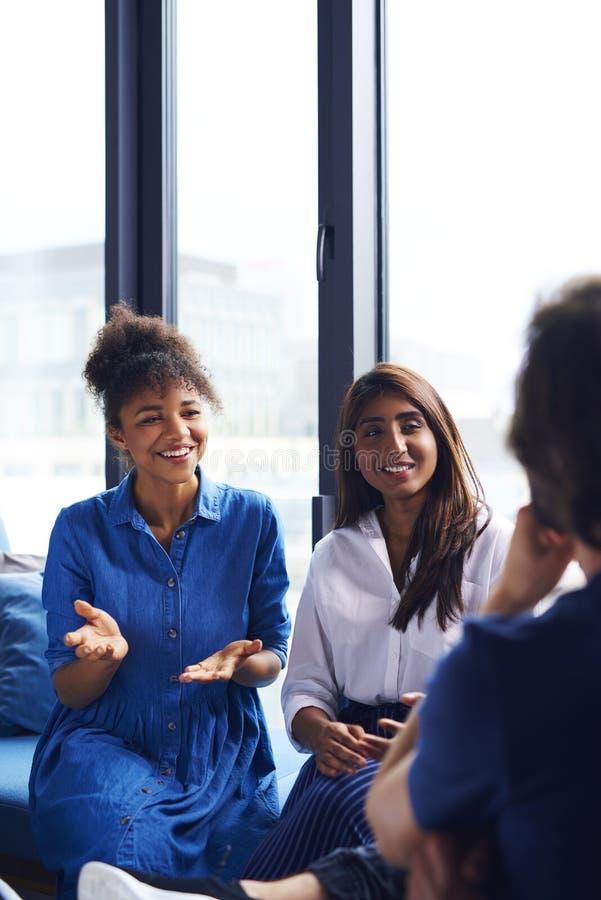 Молодые сотрудники взрослых обменивая их идеи стоковая фотография rf