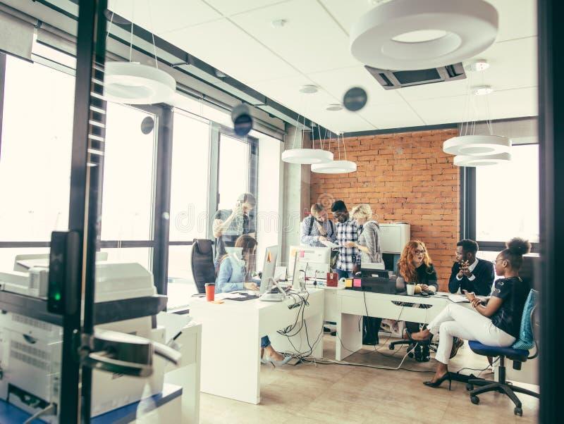 Молодые сотрудники работая для компании стоковые фото