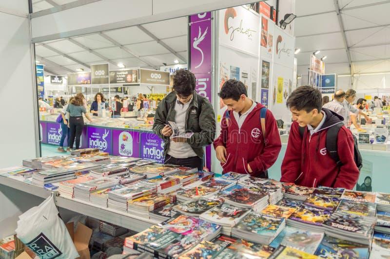 Молодые студенты выбирая комик в книжной ярмарке в Eskisehir, Турции стоковое изображение