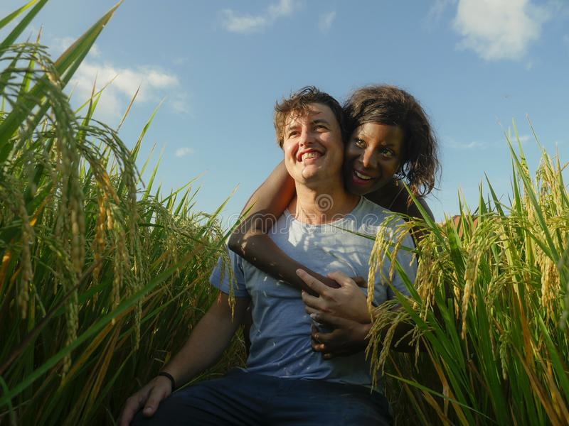 Молодые счастливые и красивые смешанные пары этничности с черной Афро-американской женщиной и привлекательным кавказским человеко стоковая фотография