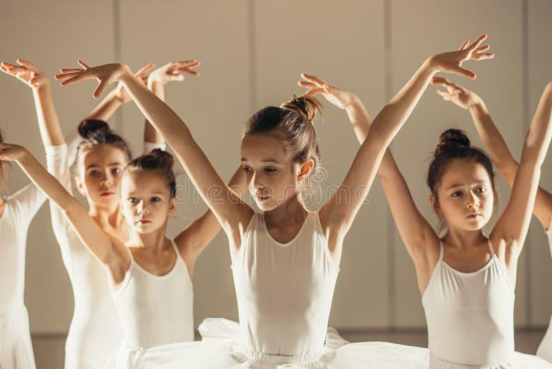 Молодые счастливые маленькие балерины в танцевальном классе стоковое изображение rf