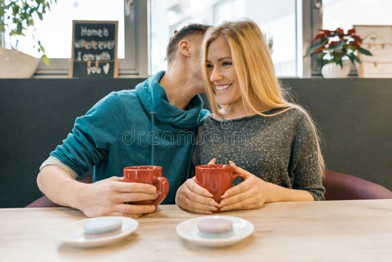 Молодые счастливые пары в любов в кафе, молодом человеке и женщине совместно усмехаются обнимающ чай кофе напитка стоковое фото rf