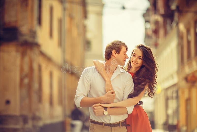 Молодые счастливые пары обнимая на улице города стоковое фото rf