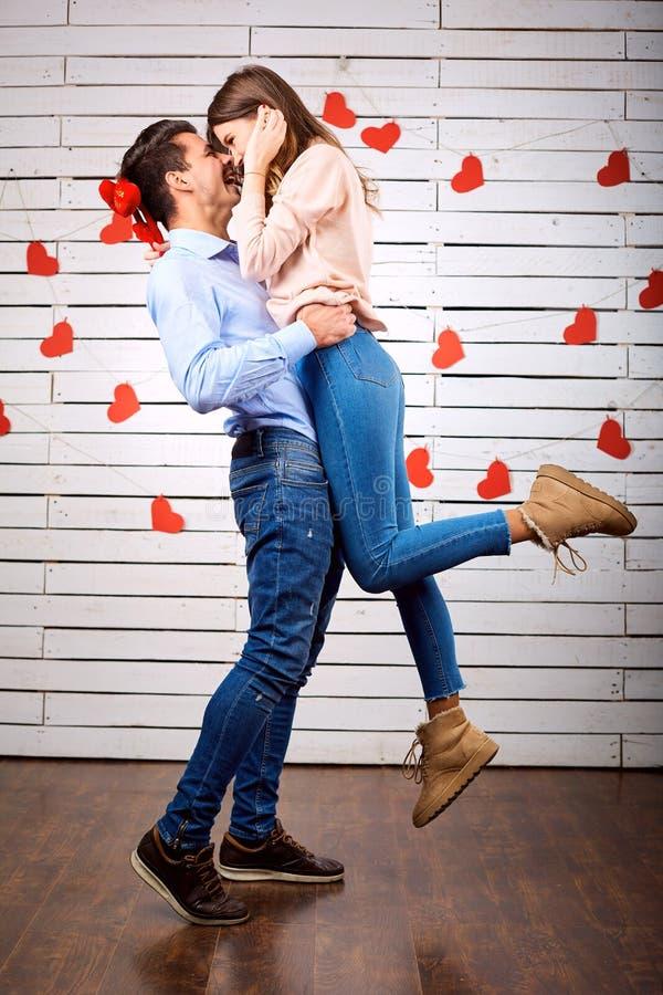 Молодые счастливые пары с сердцем в onbackground рук стоковые изображения