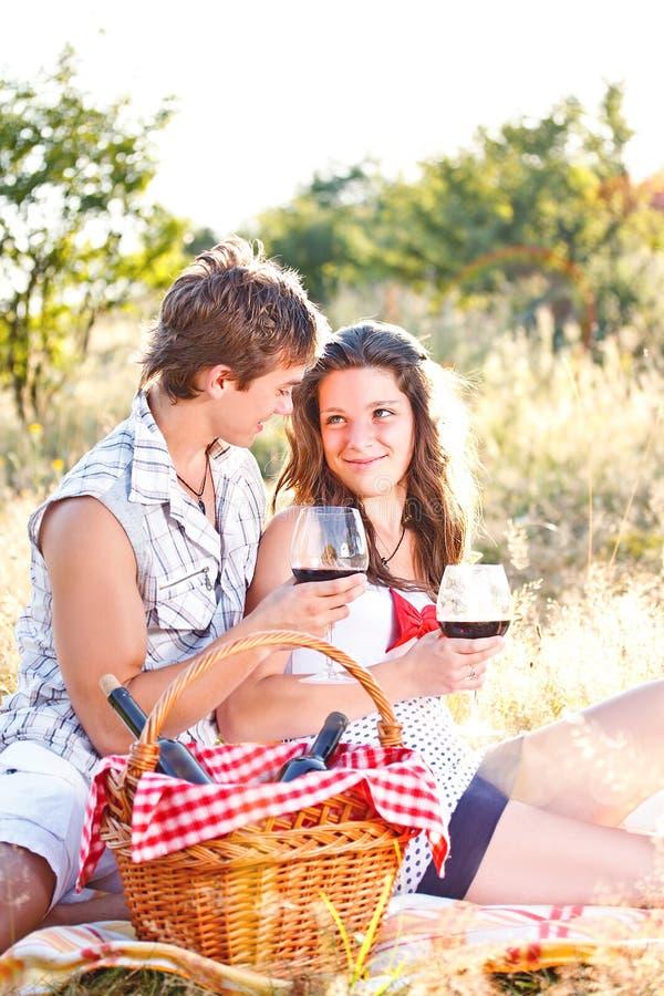 Молодые счастливые пары стоковая фотография rf