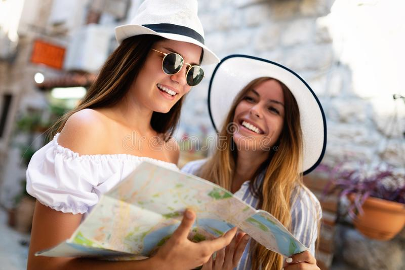 Молодые счастливые туристские женщины путешествуя на летних каникулах Перемещение, друзья, концепция лета стоковое изображение