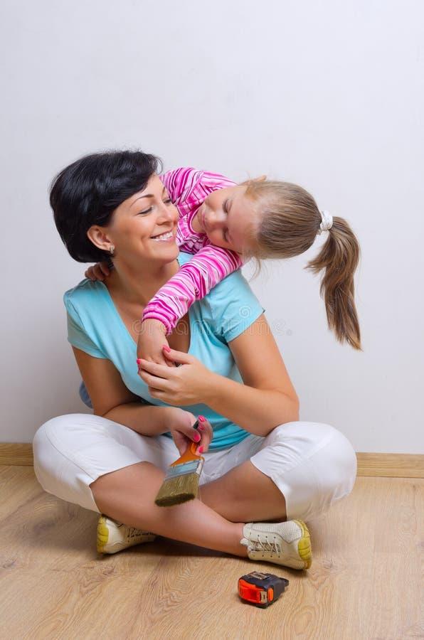 Молодые сь женщина и маленькая девочка стоковые изображения rf