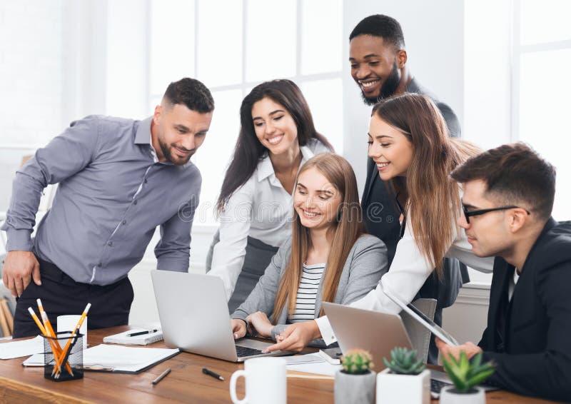 Молодые творческие менеджеры объединяются в команду работа с новым проектом стоковое изображение