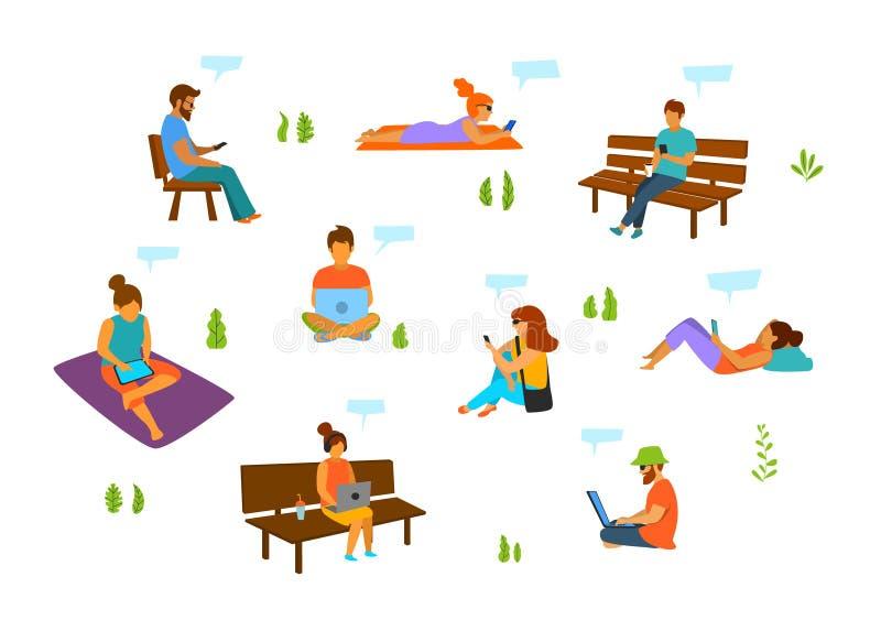 Молодые человеки и женщины с компьтер-книжками мобильных телефонов tablets работая беседуя отправка СМС в парке города иллюстрация штока
