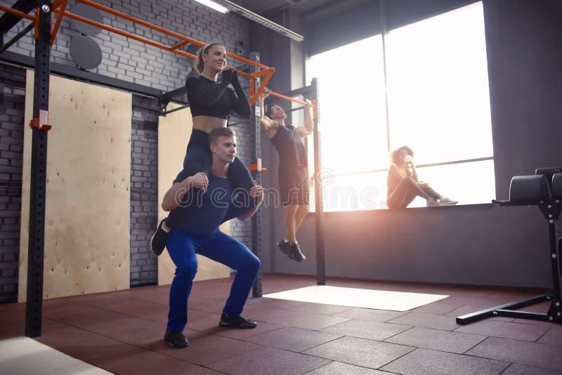 Молодые sporty пары разрабатывая совместно на спортзале стоковая фотография