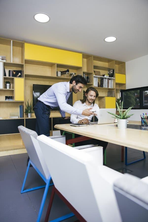 2 молодых бизнесмена работая на офисе стоковые изображения