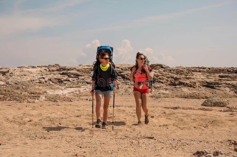 2 молодых женских путешественника в холмах стоковые изображения rf