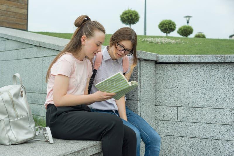 2 молодых красивых студента девушек с рюкзаками, книгами стоковые изображения rf