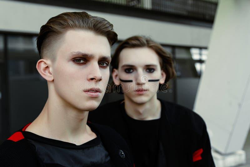 2 молодых мужских фотомодели стоковое фото rf