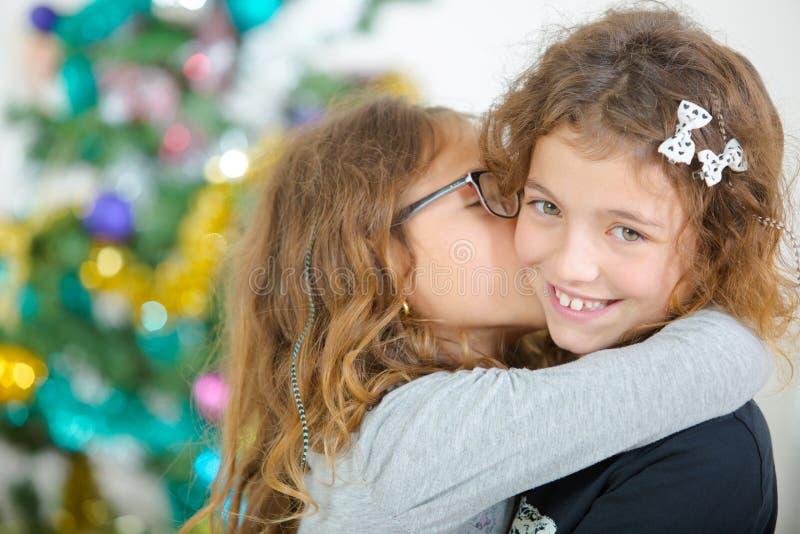 2 молодых сестры на рождестве стоковые изображения rf