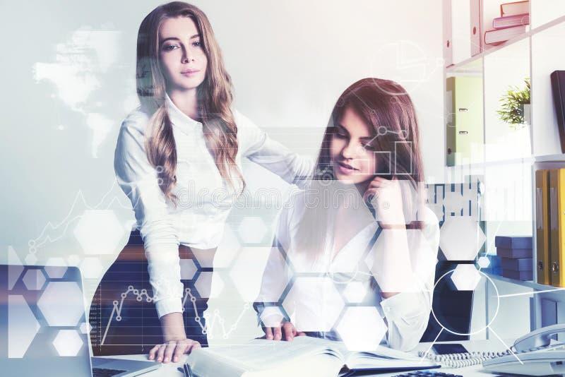 2 молодых тренирующей в офисе, infographics стоковое фото