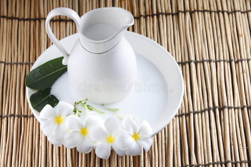 молоко ванны стоковое изображение rf