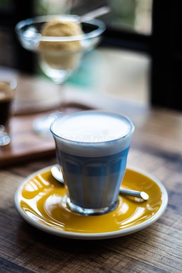 Молоко гороха бабочки горячее в кофейне стоковое изображение