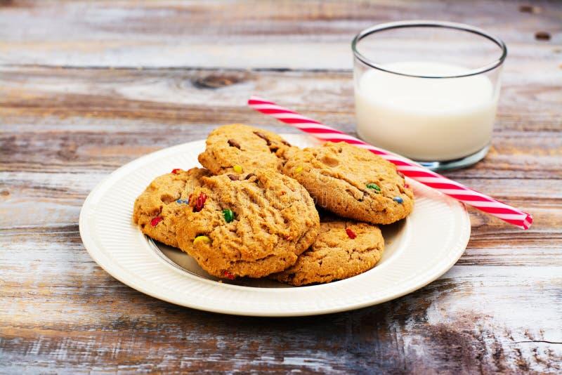 Молоко и печенья для шляпа ` s Санта Клауса и Санты над деревянным bac стоковые фото