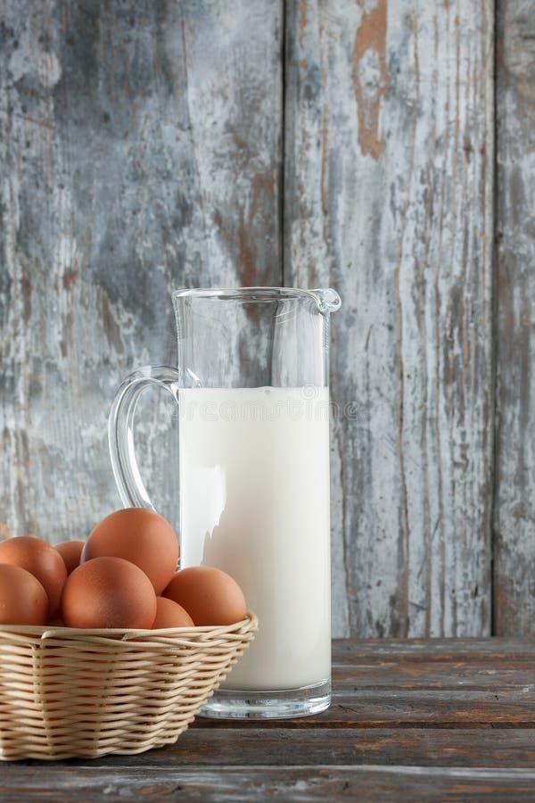 Молоко и яичка стоковая фотография rf