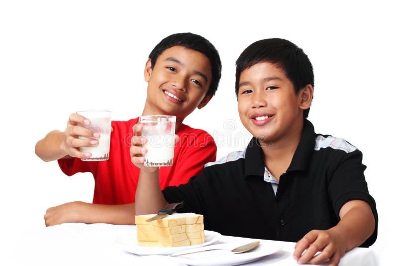 молоко мальчиков стоковые фотографии rf