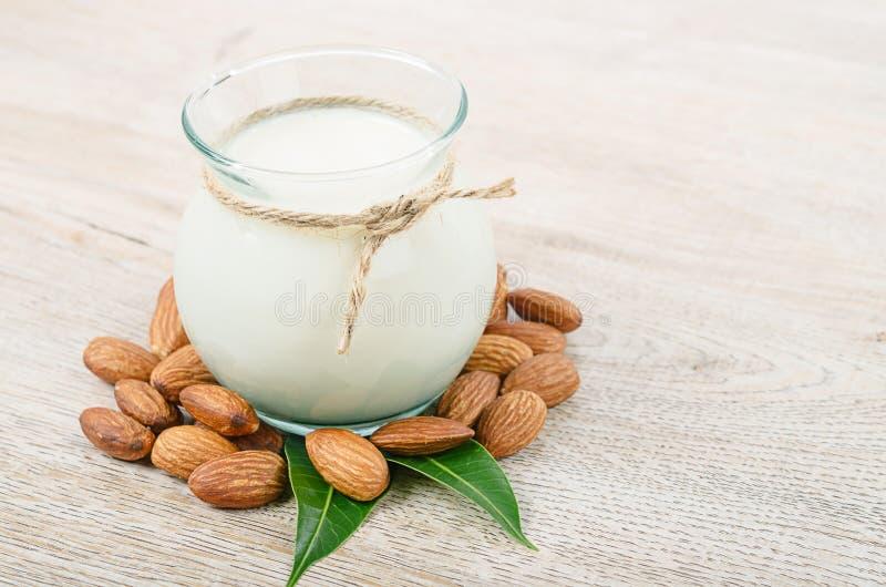 Молоко миндалины в бутылке с семенами миндалины стоковые фото