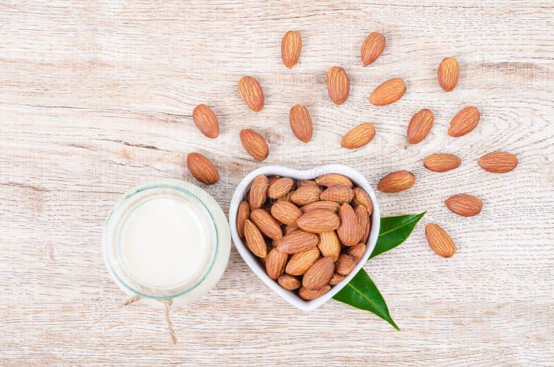 Молоко миндалины в бутылке с almond0 стоковые фотографии rf
